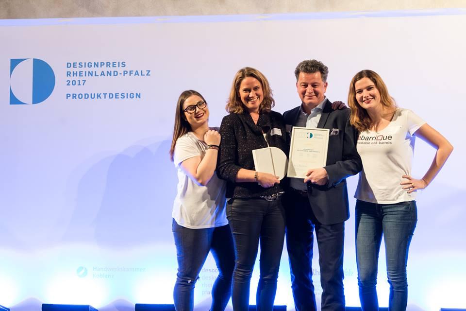 Nella foto si vede in mezzo Ulrike e Thomas Lutz (i premiati), a sinistra Michelle Galusek e a destra Elena Lutz (tutte le due del team rebarriQue)