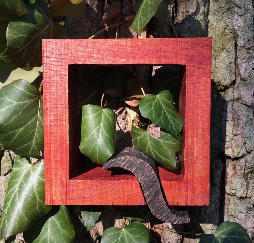 La Q maiuscola di rebarriQue funge anche come logo breve e si trova dappertutto nell'azienda, qui come indicazione in strada messo ad un albero.