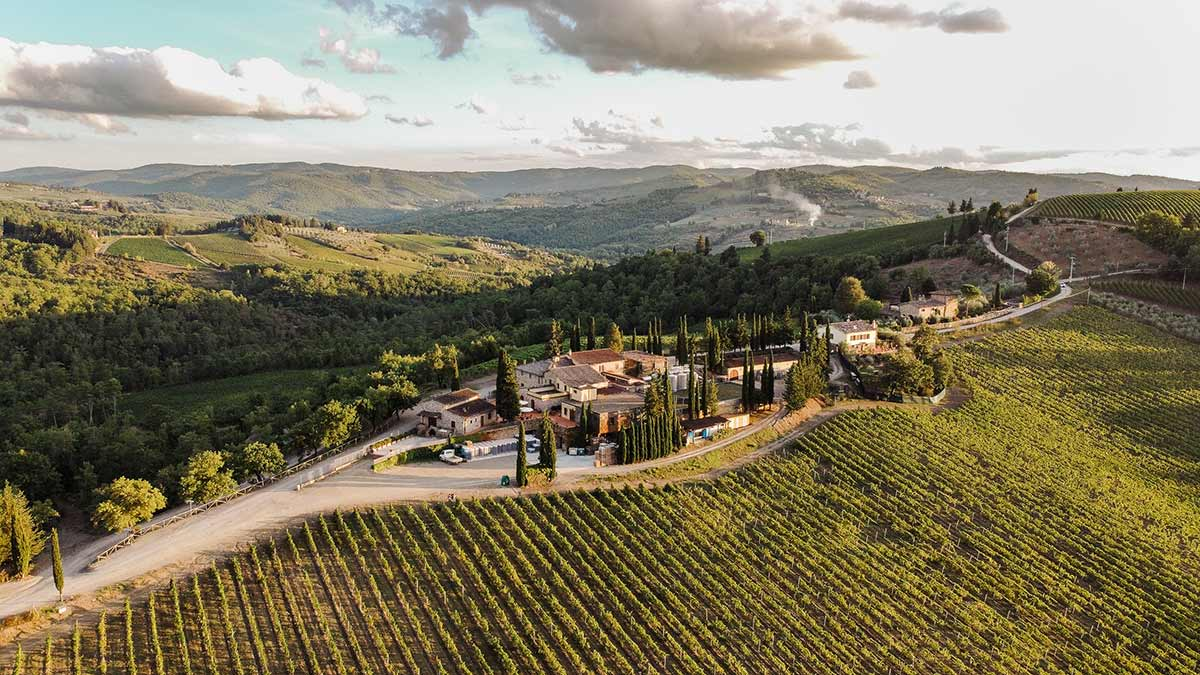 Basilica Cafaggio in Toscana nel Chianti Classico - vista da sopra sulla tenuta e i vigneti - simply walter