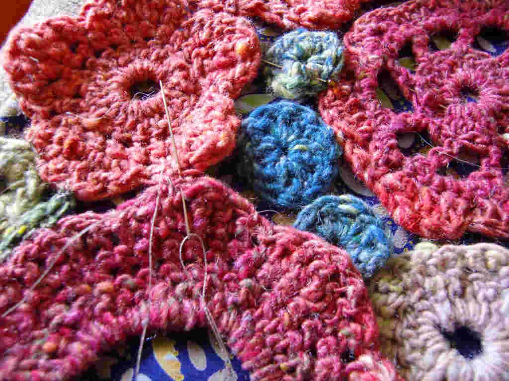 """I fiori lavorati all'uncinetto da Noromaniac con la lana """"Noro"""". Qui Noro Taiyo 4ply #23. Foto: Katrin Walter (Noromaniac)"""