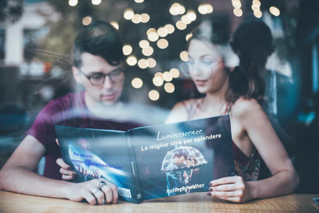 la magia del content writing: due persone leggono un libro su come splendere. Foto: Unsplash elaborato da Katrin Walter