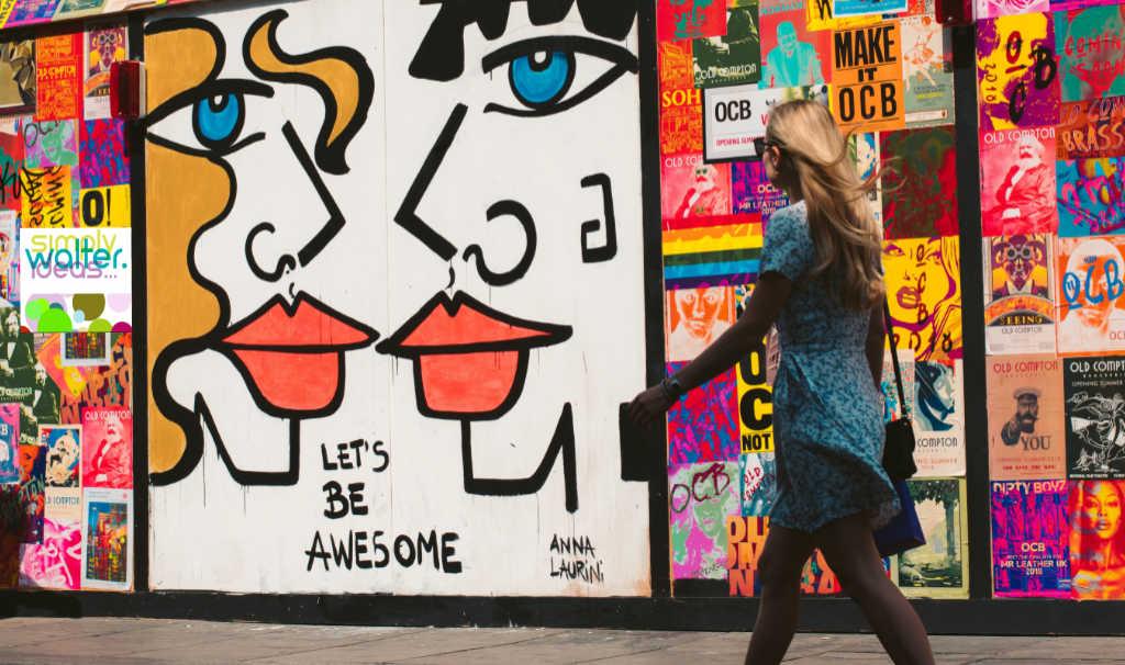 Si vede una parete piena di affissi e locandine con messaggi pubblicitari. Quindi testi e contenuti servono anche offline. Foto: Unsplash elaborato da Katrin Walter - simply walter