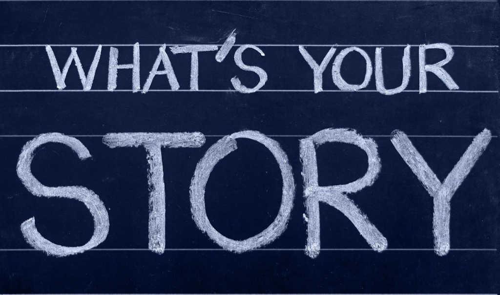 """Si vede una cartella con la domanda """"Quale è la tua storia"""" come invito a raccontare a Katrin Walter la tua e farla creare pezzi di content writing, cioè dei testi belli pure per te. Foto: Unsplash x simply walter"""