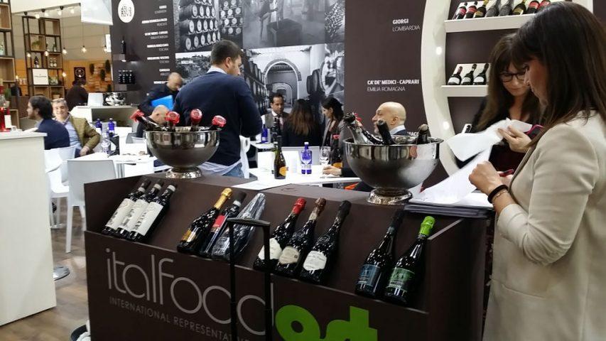 Lo stand di Italfood Ost alla fiera del vino ProWein in Germania, sempre pieno di gente. Foto Katrin Walter - simply walter