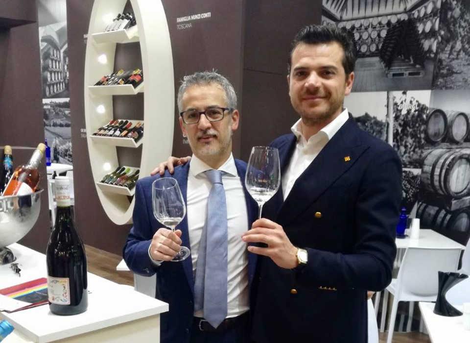 Mauro Miccichè (sinistra) in fiera al servizio dei suoi clienti. Foto: ItalfoodOst