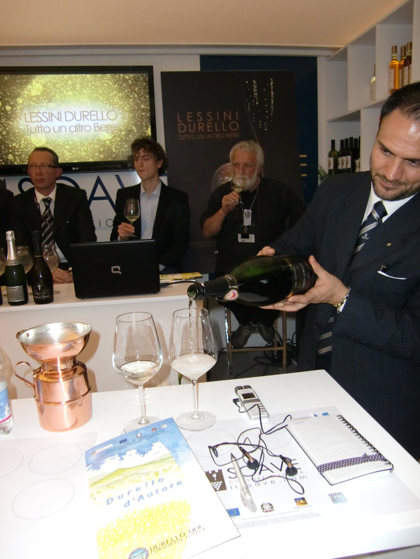 """Degustazione dello spumante Lessino Durello durante la presentazione del volume """"Durello d'autore"""" al Vinitaly. Foto: Katrin Walter"""