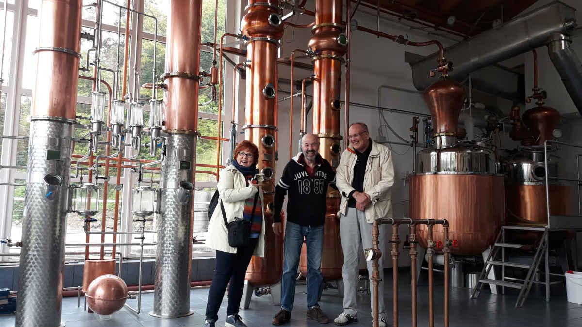 Distilleria Pilzer in Val di Cembra. Katrin Walter con Ivano Pilzer e Dieter Kapitz.