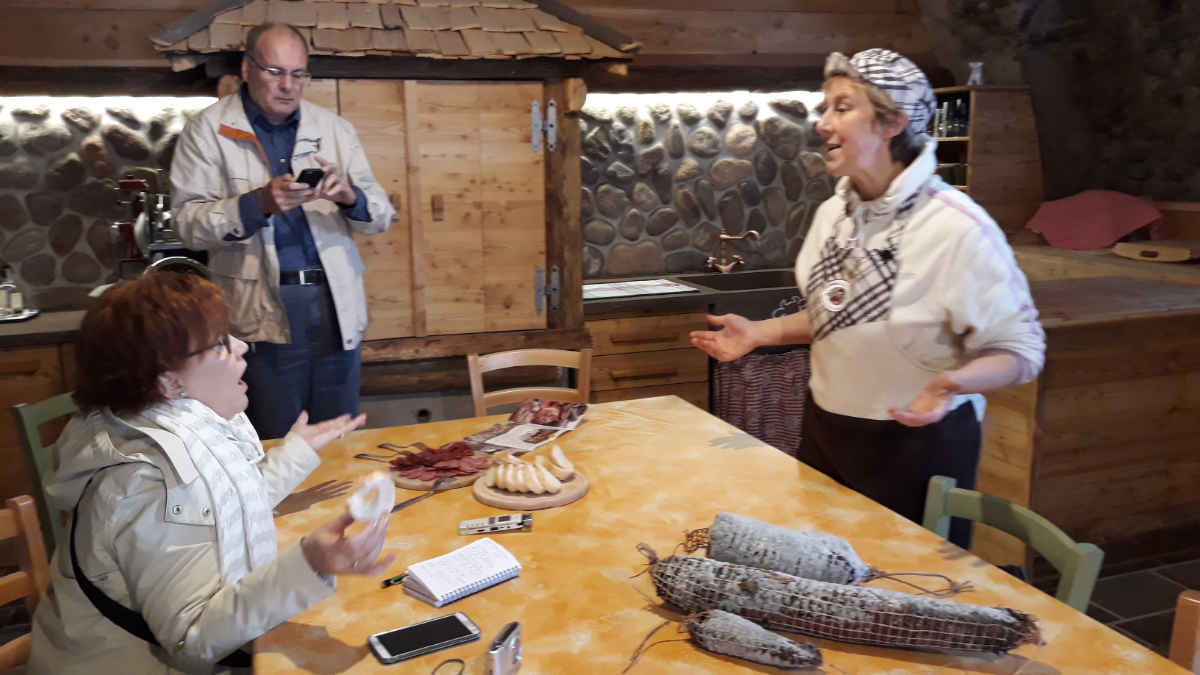 Sara Zanotelli spiega i salumi della sua azienda a km0 in Val di Cembra