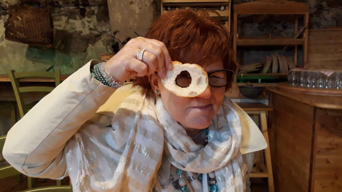 Katrin Walter guardando tra una fetta di pane. Val di Cembra maggio 2018.
