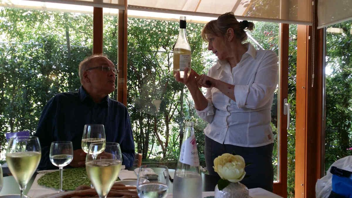 Locanda del Passatore con Maria Nardin presentando il vino del territorio. Foto: Katrin Walter