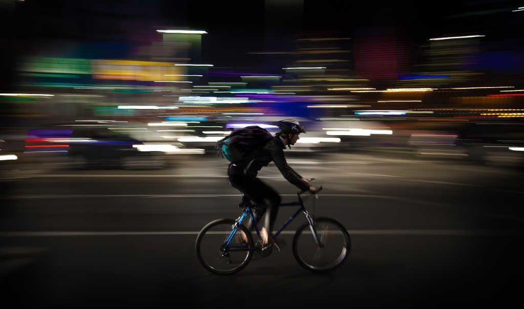 Si vede un corriere di corsa sulla bici per mostrare la gig economy live nel articolo su simplywalter.com (Foto: Pixabay)