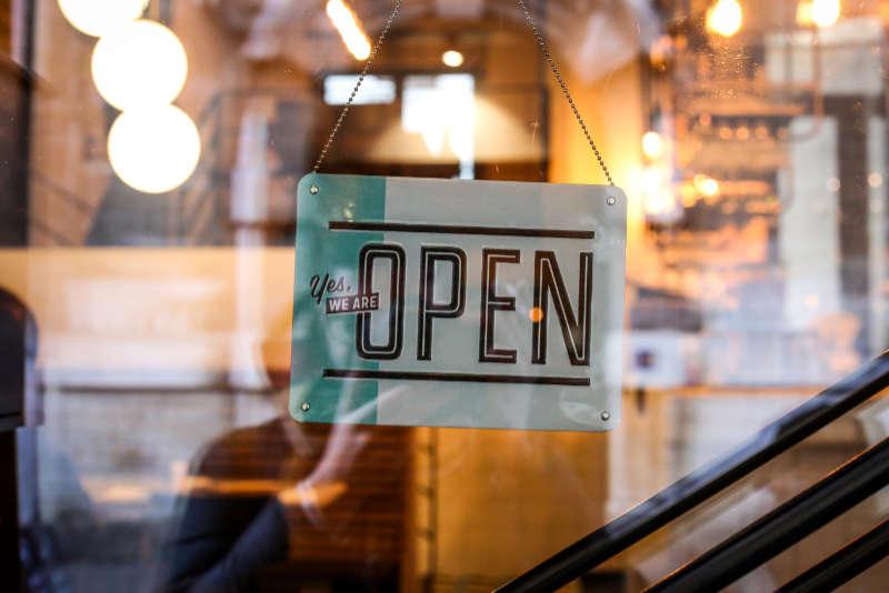 Siamo aperti e lì per te, dice il cartello d'ingresso come metafora per la trasparenza e schiettezza, anche nel contatto online. Intervista di Katrin Walter – simply walter